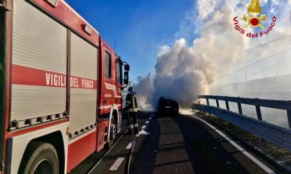 Auto prende fuoco a Novara