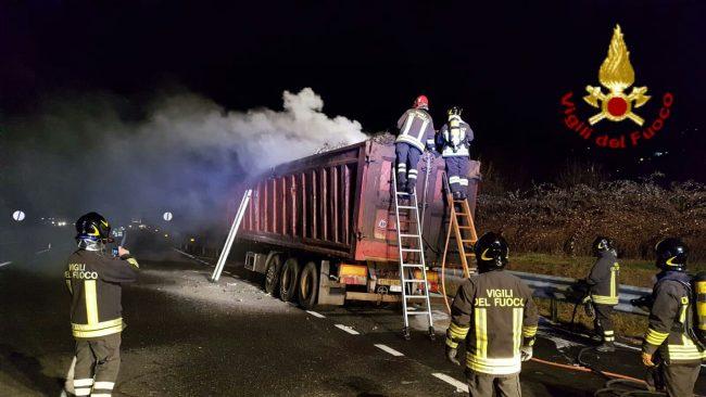 Autoarticolato in fiamme sulla A26