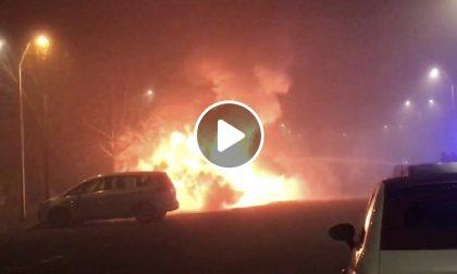 Incendio di auto vicino a Milano: l'impressionante VIDEO