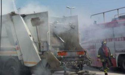 Furgone rifiuti prende fuoco a Fara