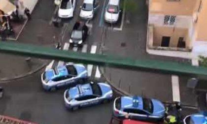 Vuole buttarsi dal terzo piano: salvata dai poliziotti