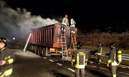 Camion in fiamme sulla A26: autista si salva sganciando il rimorchio