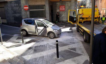Castelletto Ticino: auto a fuoco in pieno centro