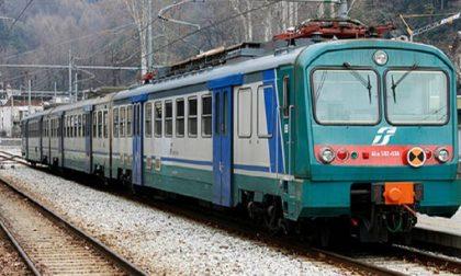Cerca di lanciarsi sui binari con il treno in arrivo: salvato