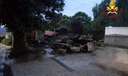 Spaventoso incendio a Massino: pompieri impegnati tutta la notte
