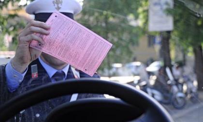 Dimentica il finestrino dell'auto aperto: multato