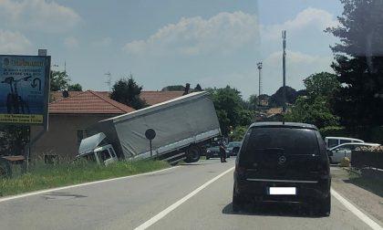Borgo Ticino: camion finisce nel dirupo sulla Statale