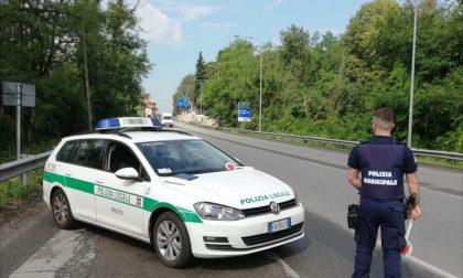 Trecate fugge a bordo di un'auto rubata e sperona la macchina della polizia: arrestato