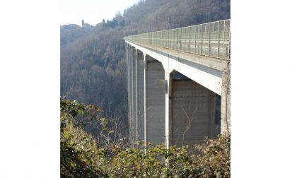 Tenta suicidio dal ponte: passanti lo salvano prendendolo per la cintura