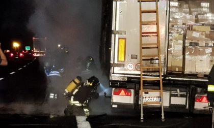 A4 camion in fiamme a Novara Ovest: autostrada chiusa nella notte