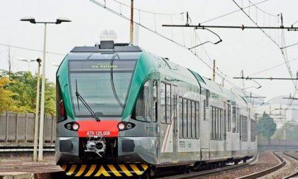 Sta perdendo il treno: si aggrappa al locomotore per non farlo partire