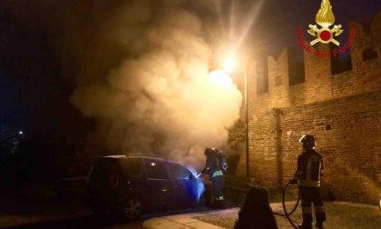 Auto a fuoco nell'abbazia di San Nazzaro Sesia