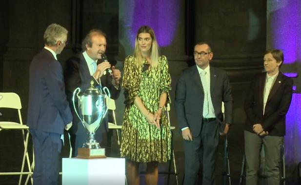 Francesca Piccinini sale sul palco del Teatro Coccia portando la coppa della Champions League