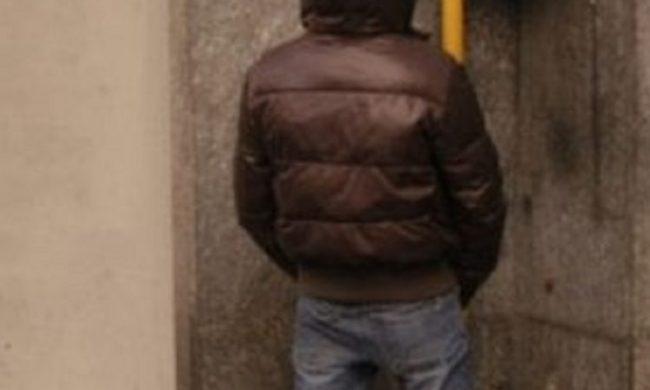 Urina sul muro della caserma carabinieri: multa di 3mila euro e denuncia