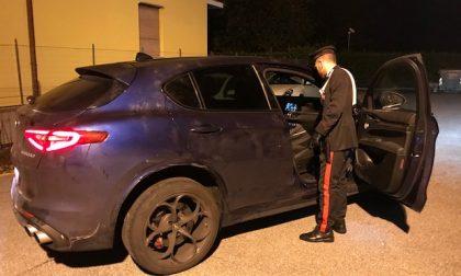 Arona inseguimento da film: ladri abbandonano auto con armi e refurtiva