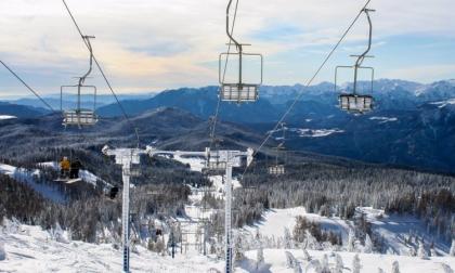 Si lancia dalla seggiovia e scende sullo snowboard: denunciato
