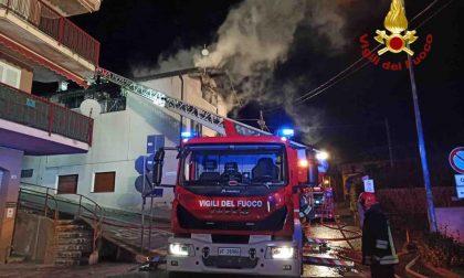 Avvolta dalle fiamme una casa a Colazza: i pompieri al lavoro fino all'alba
