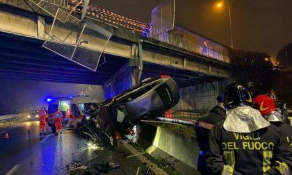 Auto sfonda le barriere e precipita dal cavalcavia: FOTO