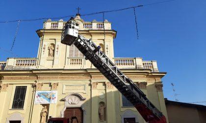 Castelletto cadono pietre dalla chiesa e finiscono sul cofano di un'auto VIDEO e FOTO