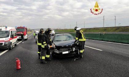 Incidente A4: auto impatta contro lo spartitraffico centrale