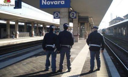 Novara sdraiato vicino ai binari, si sveglia e dà in escandescenza contro agenti e sanitari