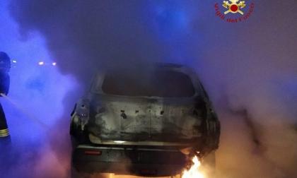 Auto a fuoco in autostrada, è successo sulla A26