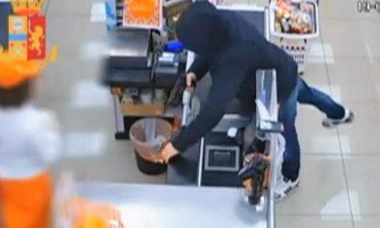 Rapina negozio a Vercelli minacciando la cassiera con una pistola | VIDEO