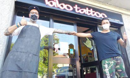 Tatuaggio benefico di Bibo Font per la Protezione civile di Arona