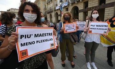 """""""Riaprite le scuole"""": la protesta di insegnati, studenti e genitori"""