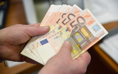 Sottrae soldi dai conti dei clienti per quasi 10 milioni: arrestato