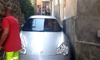 Segue il navigatore e rimane incastrato con la sua Porsche
