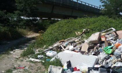 Discarica sotto il ponte della A26