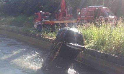 Oleggio vigili del fuoco recuperano auto nel canale Regina Elena