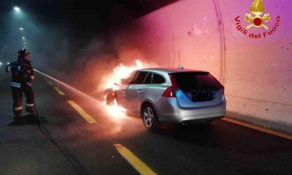 Arona auto in fiamme in galleria: traffico in tilt sulla A26