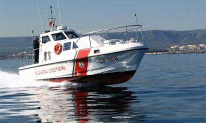 56enne aronese sale sul traghetto ma non sbarca: ricerche in corso