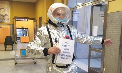 Il preside del Don Bosco di Borgomanero vestito da astronauta per il primo giorno di scuola