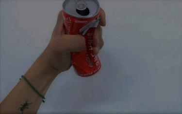 """""""Nuova moda"""": ragazzi lanciano lattine di Coca Cola contro le auto"""