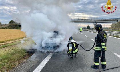 Auto in fiamme a Novara: tangenziale bloccata verso Vercelli