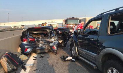 Grave incidente in autostrada: auto distrutte e due persone incastrate