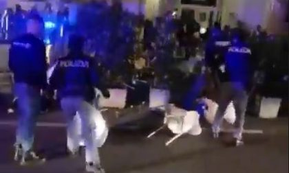 Mega rissa in centro a Novara: in piazza Martiri interviene la polizia – VIDEO