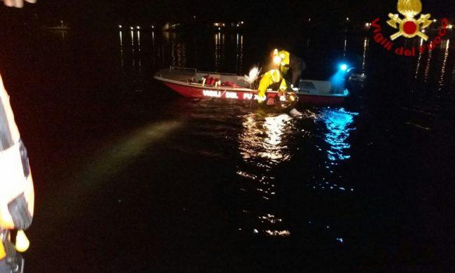 Si zavorra lo zaino e si butta nel Lago Maggiore: la tragedia annunciata con un sms