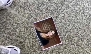 """Fa pipì sulla foto di Selvaggia Lucarelli in stazione a Torino e mette in rete il video offrendo soldi per un """"tag"""": denunciato"""