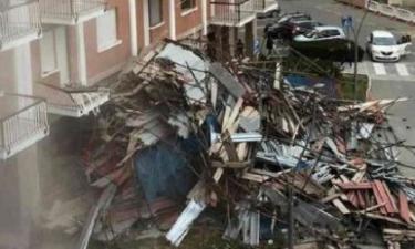 Tragedia sfiorata: crolla ponteggio di un palazzo di sette piani