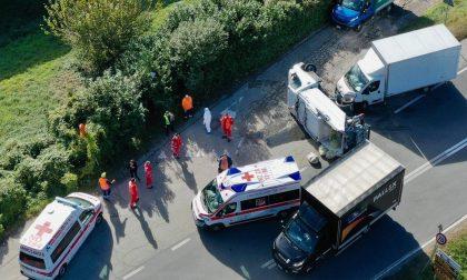 Incidente a Oleggio Castello: si ribalta camion della nettezza urbana