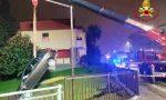 Cade con l'auto in un canale asciutto, l'intervento con l'autogru dei vigili del fuoco a Novara