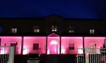 Municipio si illumina di rosa a Borgo Ticino per la prevenzione del tumore al seno