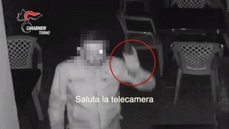Ladro seriale saluta la telecamera: preso