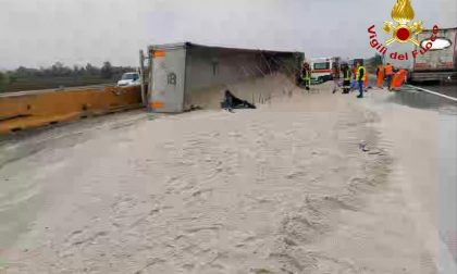 Camion carico di sabbia si ribalta in autostrada