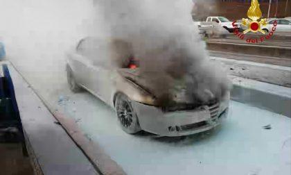 Due auto vanno a fuoco tra Novara e Arona