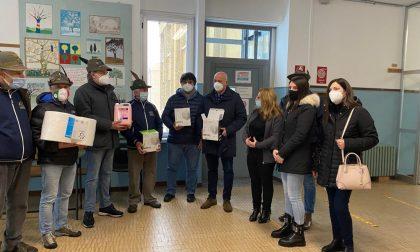 Gli Alpini di Gozzano hanno donato mascherine e materiale igienizzante alle scuole del paese